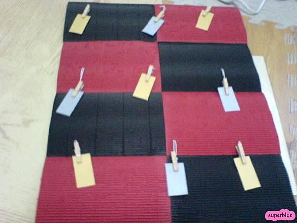 正面。板子上打洞,木質夾子上綁棉線穿過即可。