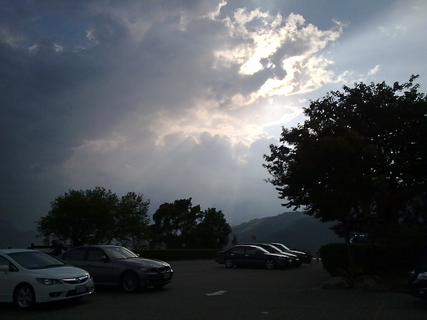 天上的光線好棒唷!