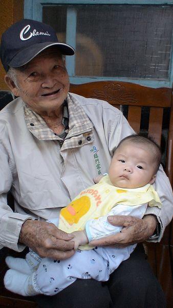 蔡雨臻 相差87歲的抱抱