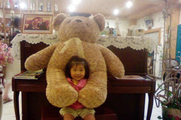 游妡妮 這樣也算抱抱吧!~被熊熊抱啦!