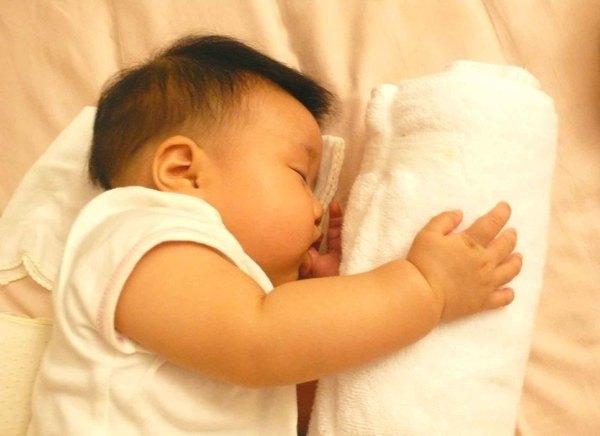 劉禹彤 抱著比較好睡喔!