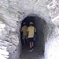 這是一個很黑有點長的山洞