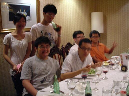 和天王家一起吃飯的孩子們XD
