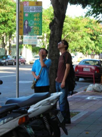 振豪導遊在看公車