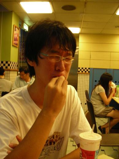 隼成在吃自己的手?!