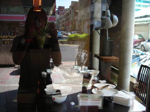 從外面看我們杯盤狼藉的餐桌