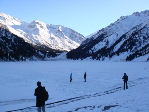 天山裡結冰的湖泊