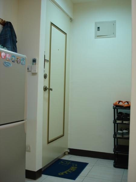 門口,有個小小的鞋櫃