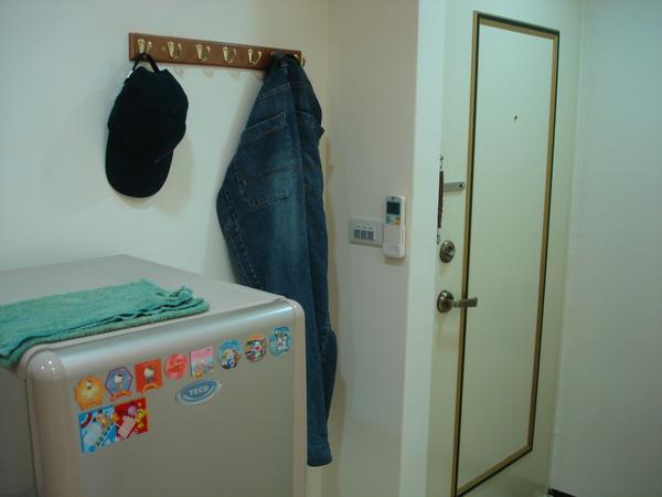 門口,有個掛衣架