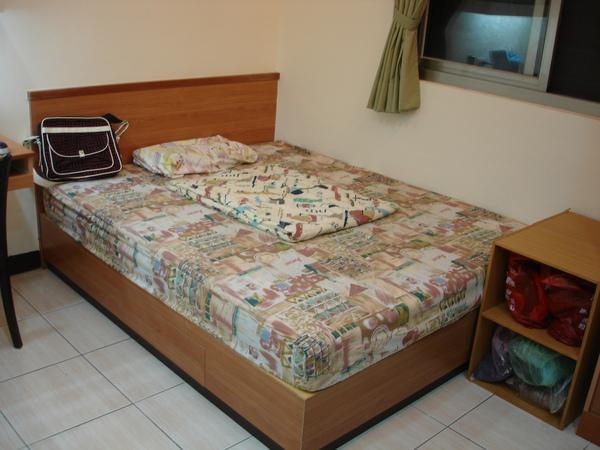 寬闊的雙人床,雖然只有一個枕頭XD