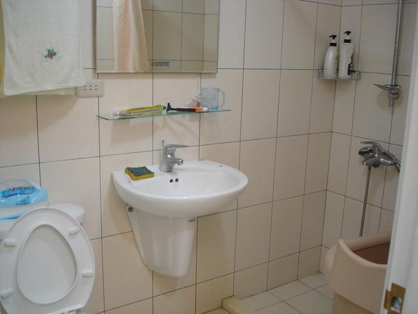 廁所,乾溼分離的! 還有一個小浴缸,不過有點想把它丟了,好佔位XD