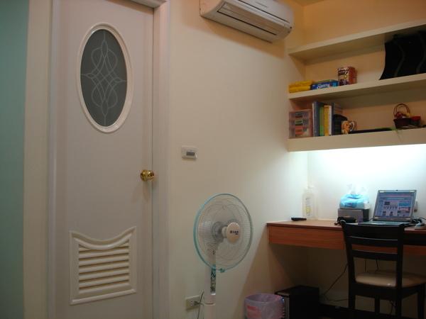 廁所門口,書桌,上面有完全沒聲音的冷氣!