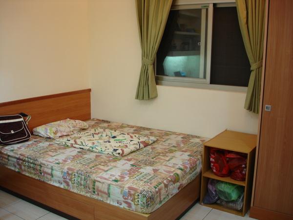 床+窗,早上會有陽光照到床的後半部