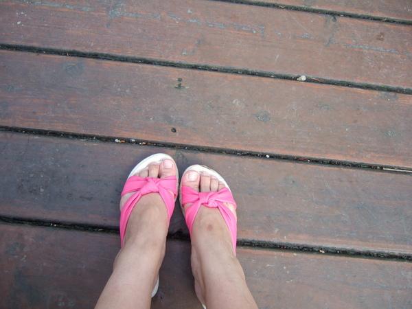 超短的腿! 阿不是,是姐妹花的拖鞋很好看~