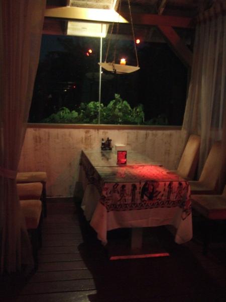 晚上的室外餐桌~