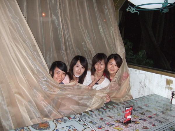 蓋著簾子的四位美人