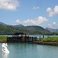 中央小島上浮板陸地,站在上面會一直飄呀飄
