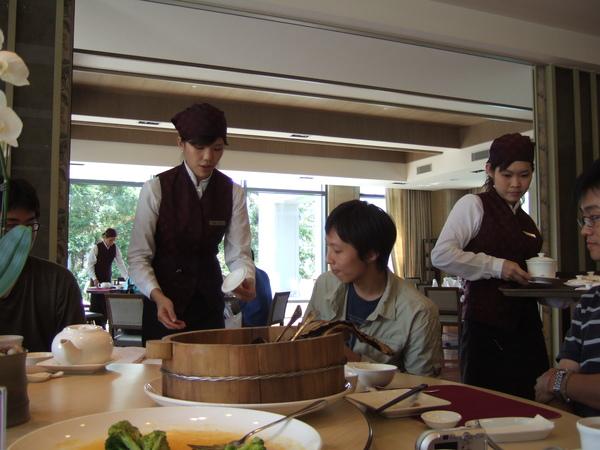 劉俊延很害羞的看了服務生一眼就轉頭!