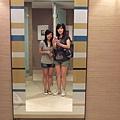 鏡子內的姊妹花,聽說這在廁所內