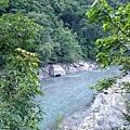 瀑布下游的溪水
