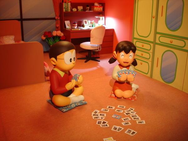 大雄靜香在玩撲克牌