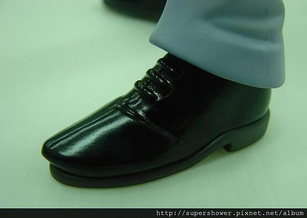 擦的粉亮的皮鞋