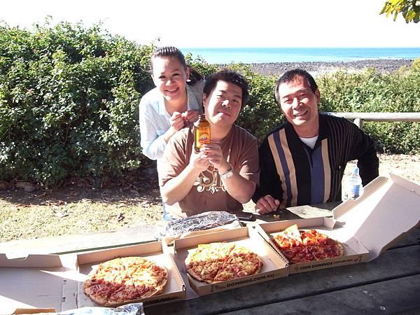 再來是PIZZA特假日~買了PIZZA來海邊