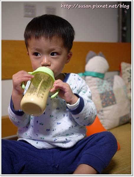 小獅王手把奶瓶05.JPG