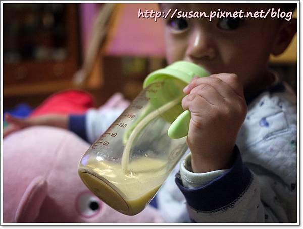 小獅王手把奶瓶10.JPG