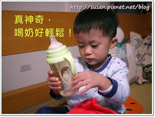 小獅王手把奶瓶11.JPG