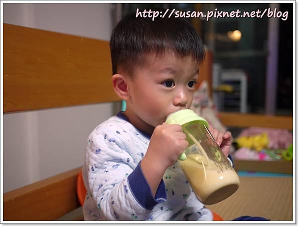 小獅王手把奶瓶07.JPG
