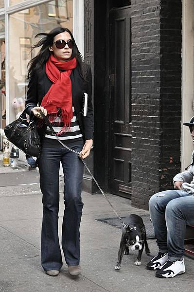 88935_FamkeJanssen_WalkingherdogLicoriceinSoHoMarch192011_By_oTTo2_122_445lo