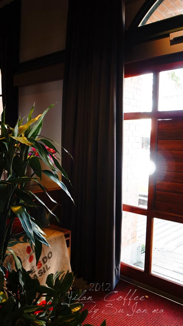 宜蘭火車站附近咖啡館-百果樹紅磚屋&舊書櫃07