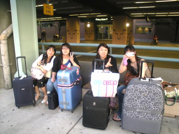 大家在機場外等車來接