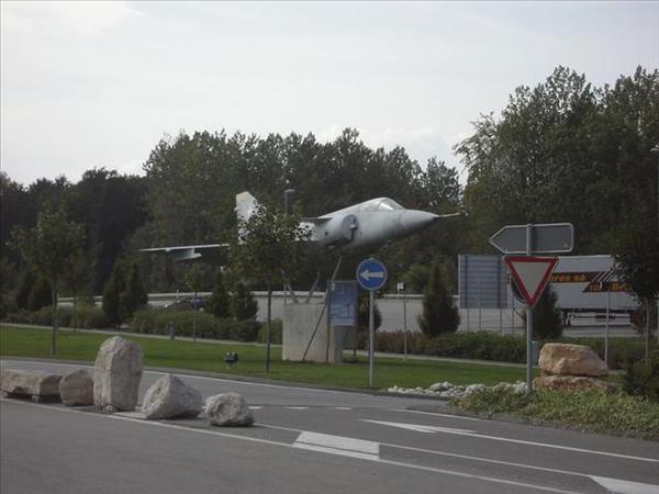 112_高速公路休息站的戰鬥機