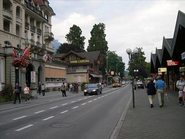 228_茵特拉根街景-超多登山客的