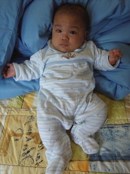 20051230媽媽喜歡藍色,可是我穿藍色很像男生~~