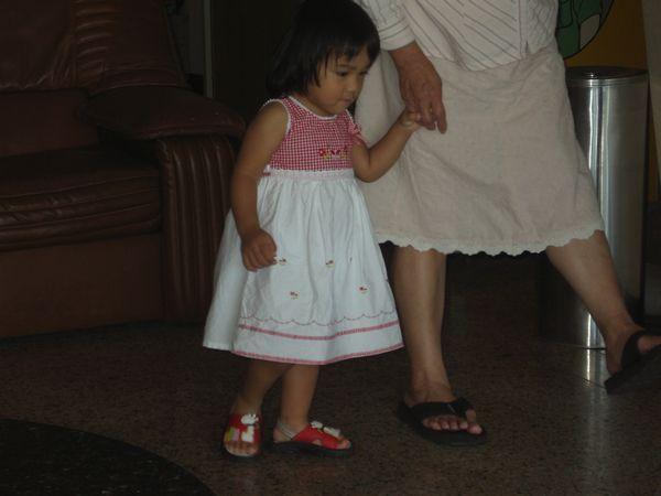20070630-17阿媽教我做抬腿運動