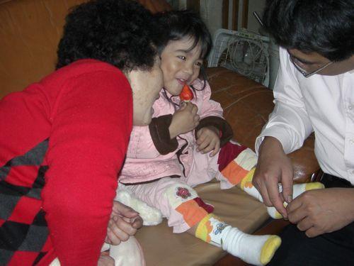 20080208-17阿嬤說,誰說你可以吃兩顆?!.JPG