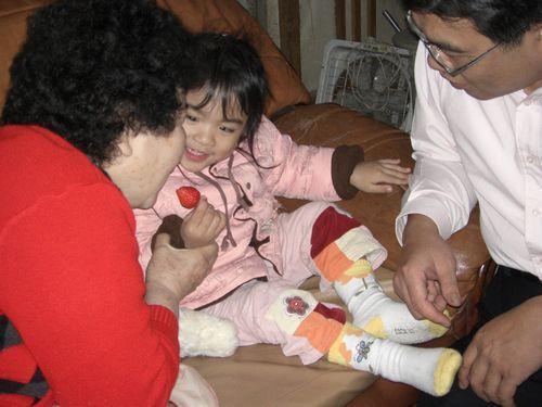 20080208-19阿嬤,我只是假裝借你咬,你不能真的咬下去喔!.JPG