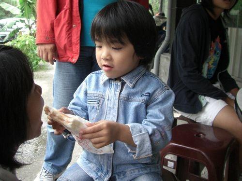 20081012-12草莓土司給二姐姐吃,等一下我要吃烤香腸,哈哈.JPG