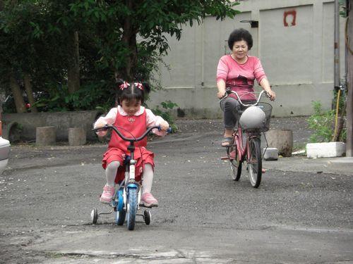 20081116-09阿嬤跟我一起騎車.JPG