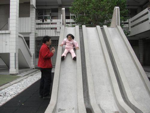 20090208-08這溜滑梯速度好快.JPG