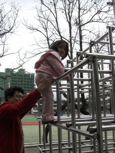 20090208-09媽媽說等我長大就能自己爬.jpg