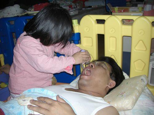 20090210-08看喉嚨.JPG