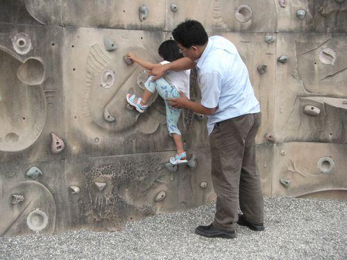 20090517-07爸爸說可以踩那裡,可是太高了啦.JPG