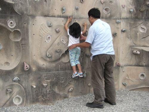 20090517-08爸爸說摸到那條線就算贏了.JPG