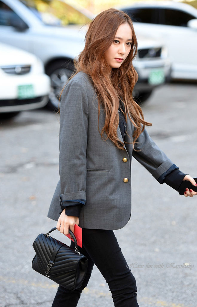 How-Celebrities-Carry-The-Saint-Laurent-Classic-Monogram-Bags-9