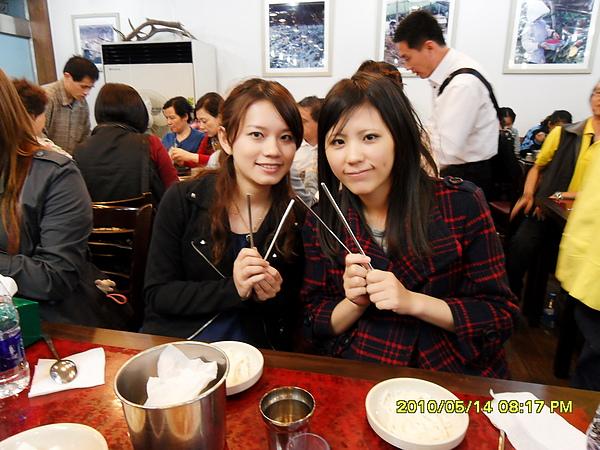 他們的筷子是扁的,很難拿