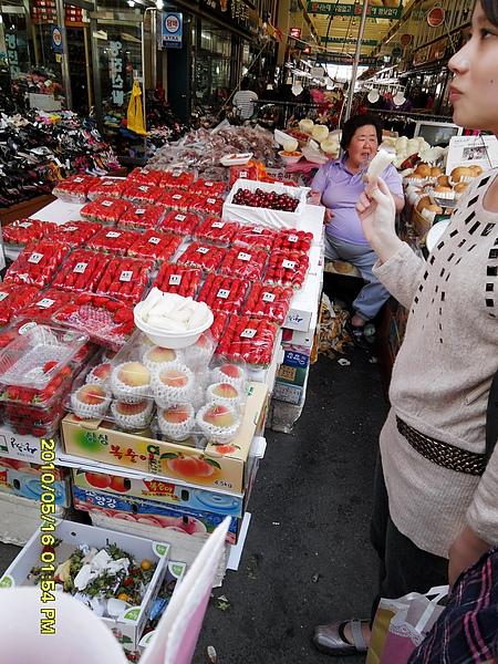 超有名氣的胖阿姨水果..他會說中文.台語實在是很可愛